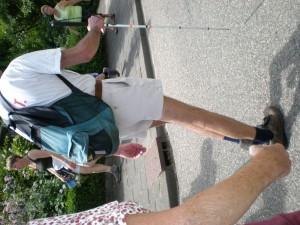 Da ! Voi vedeti bine! El nu prea vede si totusi participa la mars. Acesta e unul din cei doi participanti pe care i-am vazut cu baston alb.